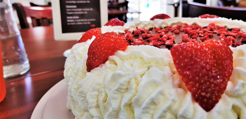 Nyd fx en dejlig Caffé Lungo & et stykke kage til kun 38,-Altid hjemmebagt kage!