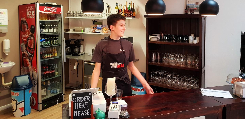 Kom inden for og oplev en café som også er en uddannelsesplads.Velkommen!